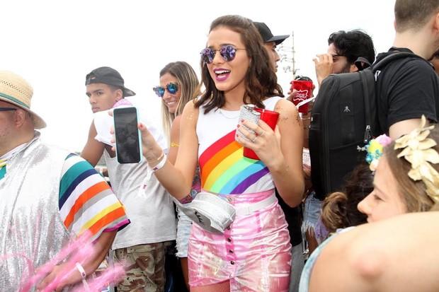 Bruna Marquezine levou uma garrafinha de bebida (Foto: Thyago Andrade/Brazil News)