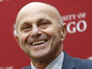 Um dos ganhadores do Nobel de Economia, Eugene Fama, em coletiva de imprensa, nesta segunda (Foto: Reuters)