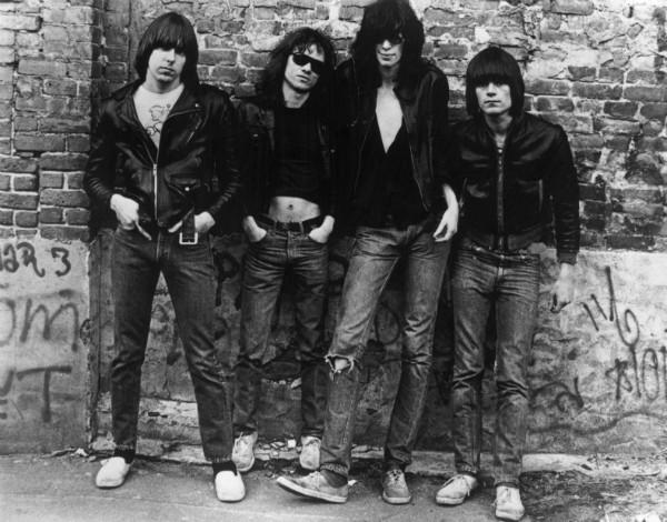 No canto, à direita da foto, o baixista foi um dos fundadores da banda e responsável pela composição de várias canções do grupo. Foi encontrado morto em seu apartamento cercado por seringas e cinco frascos de drogas. (Foto: Getty Images)