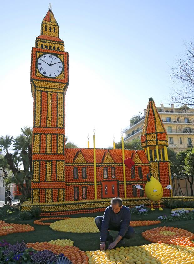 Escultura retrata relógio do Palácio de Westminister em Londres, que contém o famoso sino 'Big Ben' (Foto: Lionel Cironneau/AP)