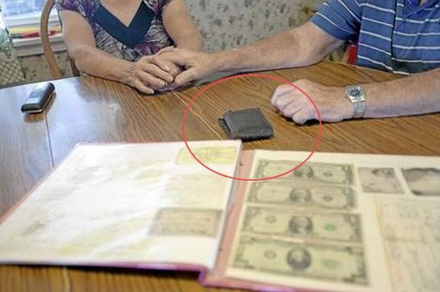 Além de documentos, a carteira guardava fotos da esposa de Harol, Carol, e US$ 23 em dinheiro. (Foto: Reprodução)