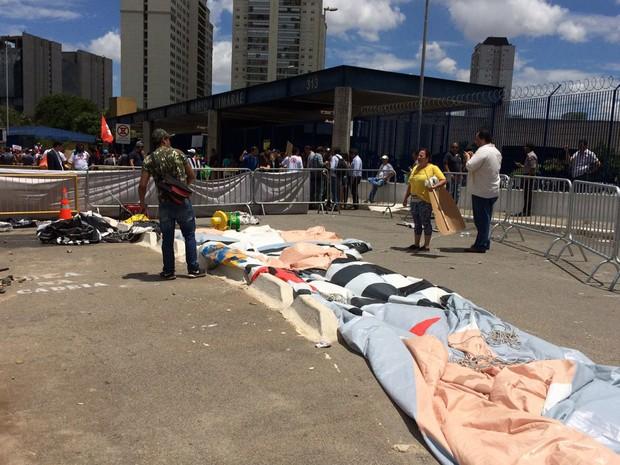 Grupo contra o governo federal dobrao boneco Pixuleco (Foto: Paula Paiva Paulo/G1)
