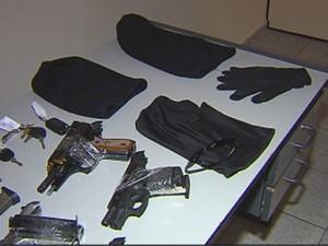 Armas foram apreendidas com quadrilha (Foto: Reprodução / TV TEM)