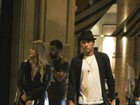 Neymar é visto deixando restaurante acompanhado