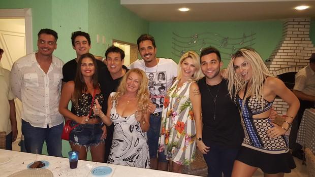 Latino comemora aniversário com a mãe, Regina Dirce, e com amigos como Sérgio Mallandro, Antônia Fontenelle, Jonathan Costa e Fernanda Lacerda (Foto: Divulgação)