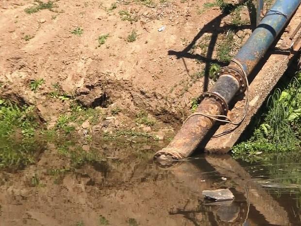 Saema faz emenda em cano para captação em região mais profunda (Foto: Reprodução/EPTV)