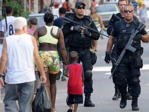Policiais andam próximos de moradores do Conjunto de Favelas da Maré (Foto: Alexandre Durão/G1)
