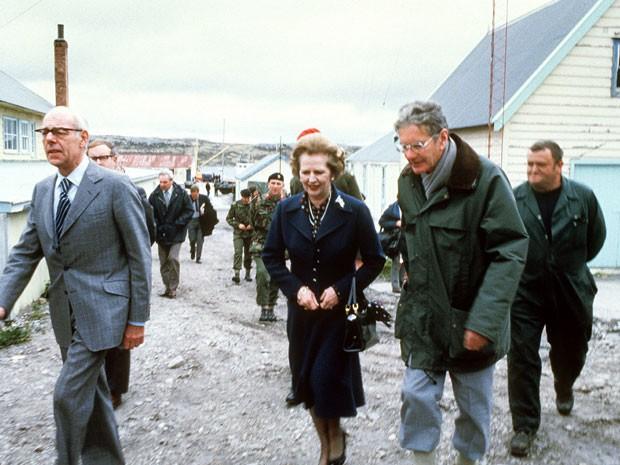 Foto de janeiro de 1983 mostra a então premiê do Reino Unido Margaret Thatcher durante tour pelas Ilhas Malvinas (Foto: AFP)