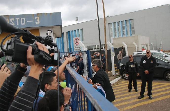 Renato atende torcedores gremistas no aeroporto (Foto: Eduardo Moura/GloboEsporte.com)
