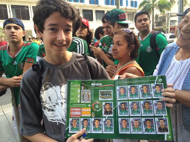 Javier conseguiu o autógrafo de seu ídolo mexicano em Santos, SP (Foto: Cristiane Amaral / G1)