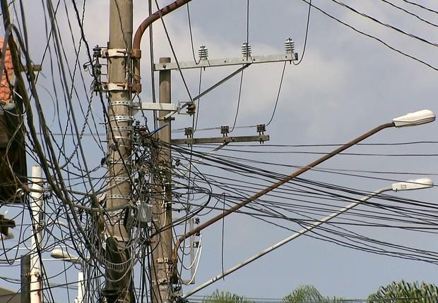 Emaranhado de fios elétricos em poste de rua central de São Paulo (Foto: Reprodução/Globo News)
