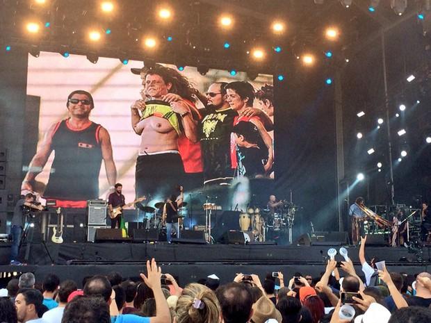 Imagens do Rock in Rio 1 foram exibidas no telão durante o show do Suricato; na foto, Cássia Eller mostra os seios (Foto: José Raphael Berrêdo / G1)