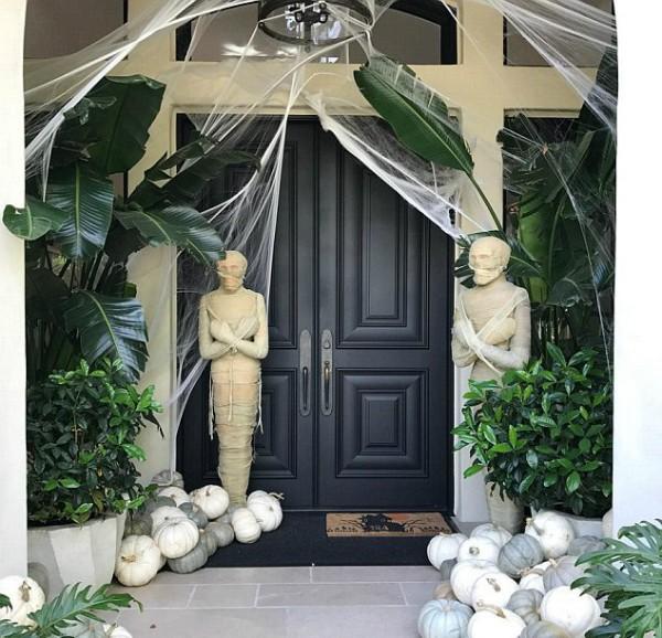 A casa da empresária Kris Jenner decorada para o Halloween (Foto: Instagram)
