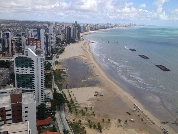 Acúmulo de água na orla de Candeias formou uma lagoa (Foto: Kety Marinho/TV Globo)