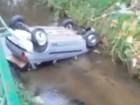 Carro capota e cai dentro do rio no Centro de Nova Friburgo, no RJ