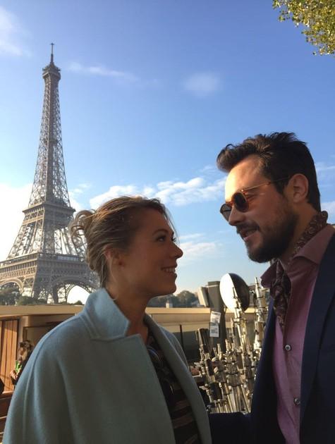 Sergio Guizé, em Paris, a lado da atriz Marilyne Fontaine (Foto: Divulgação)