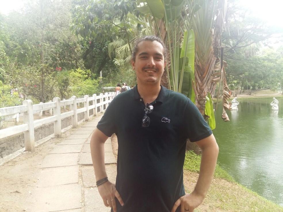 Bernardo superou condições adversas, conquistou lugar na universidade e agora sonha escrever livro. (Foto: Divulgação)