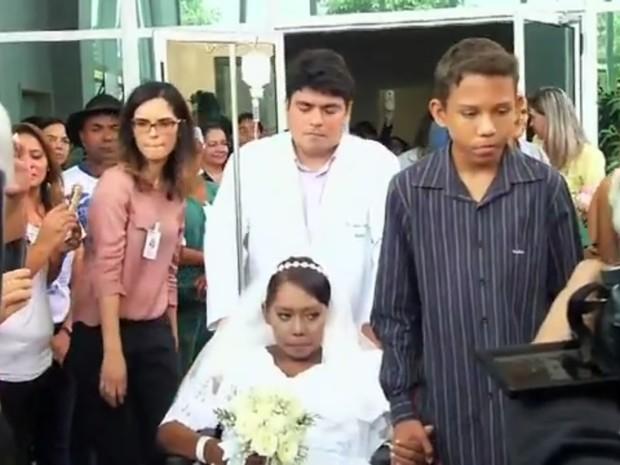 Servidores do Hospital Regional do Cariri, em Juazeiro do Norte, se mobilizaram para realizar o casamento religioso de Sandra, diagnosticada com câncer em estado avançado (Foto: TV Verdes Mares/Reprodução)