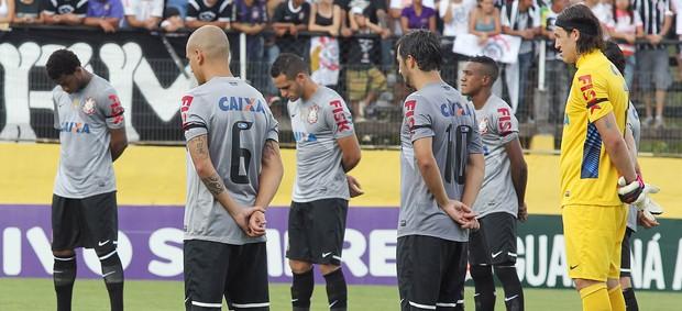 Jogadores do Corinthians prestam 1 minuto de silêncio em homenagem ao torcedor boliviano morto em jogo da Libertadores, Bragantino x Corinthians (Foto: Márcio Fernandes/Agência Estado)
