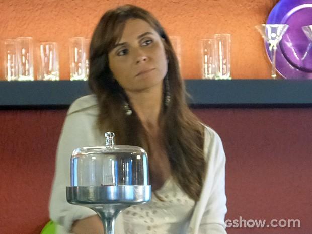 Clara fica de olho no casal  (Foto: Em Família/TV Globo)