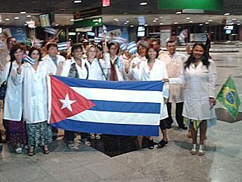 M�dicos cubanos chegam ao Recife (Foto: Vitor Tavares / G1)