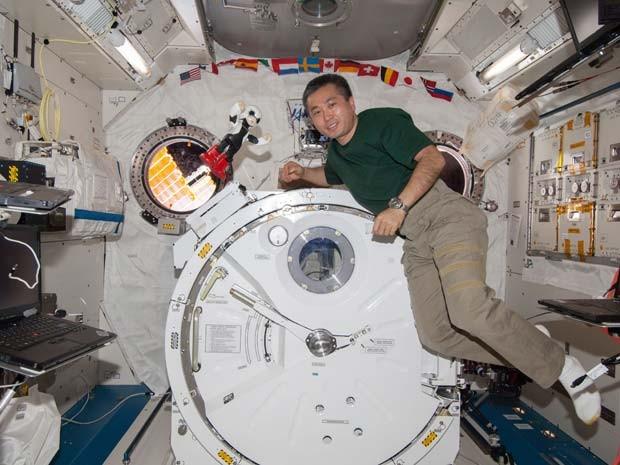 O astronauta japonês Koichi Wakata posa para uma foto com o robô Kirobo na Estação Espacial Internacional (Foto: AP Photo/KIBO ROBOT PROJECT)