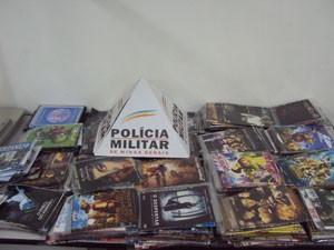 CDs e DVDs pirateados foram apreendidos em Botelhos (Foto: Polícia Militar )