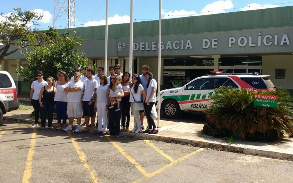 Amigos dos jovens atropelados na madrugada do último sábado (29) (Foto: Mara Puljiz/TV Globo)