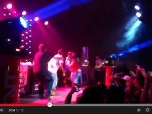 Rapper sobe ao palco e agride Projota em show no interior de SP (Foto: Reprodução/Youtube)
