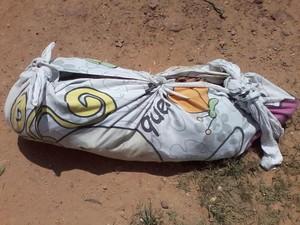 Corpo foi enrolado em um lençol e jogado na fossa da casa (Foto: Jota Oliveira / Portl Jorrante)