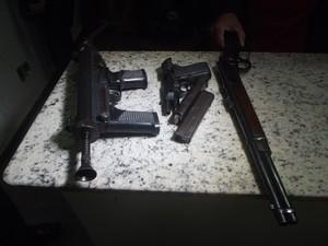 As armas foram apreendidas no hospital onde inciou a troca de tiros (Foto: Henrique Corrêa/G1)
