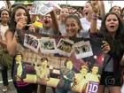 Multidão de fãs se reúne em hotel de One Direction e fecha rua no Rio