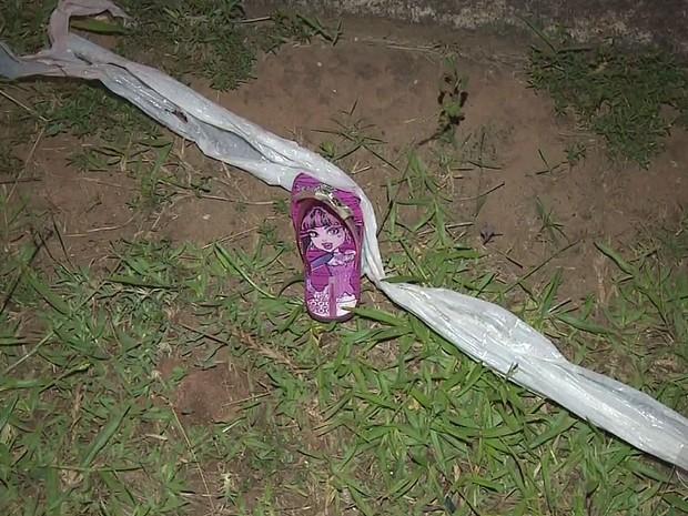 Chinelo de uma das vítimas do atropelamento em Limeira (Foto: Reprodução/EPTV)