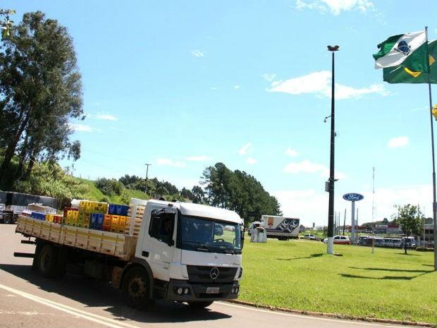 Em Francisco Beltrão, caminhões carregados seguem viagem (Foto: Prefeitura de Francisco Beltrão/ Divulgação)