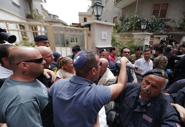 Manifestantes protestam nesta segunda-feira (29) em Roma contra o criminoso de guerra nazista Erich Priebke (Foto: Reuters)