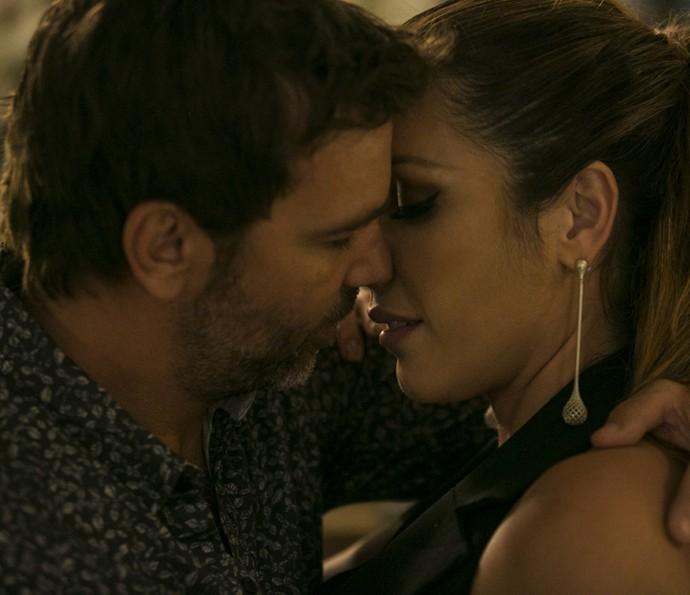 Sirlene e Felipe se beijam (Foto: Inacio Moraes / Gshow)