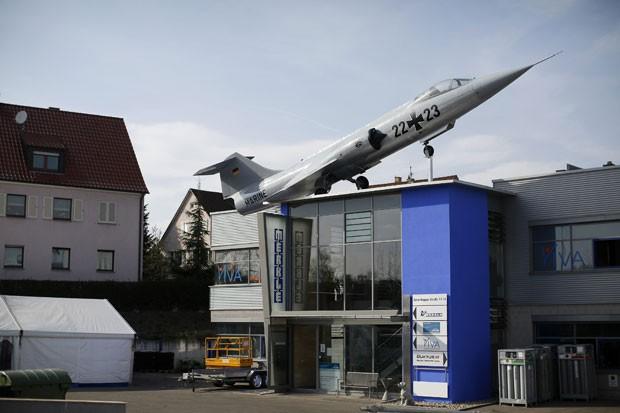 Caça militar Starfighter foi colocado no telhado de uma empresa em Stuttgart (Foto: Lisi Niesner/Reuters)