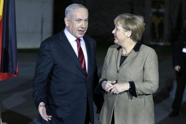 O primeiro-ministro de Israel, Benjamin Netanyahu, e a chanceler da Alemanha, Angela Merkel, nesta quarta-feira (5) em Berlim (Foto: AFP)
