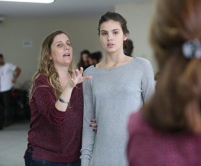 Diretora Natália Grimberg ensaia com Camila Queiroz (Foto: Inácio Moraes/Gshow)
