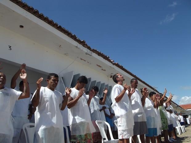 Apenados se emocionaram curante a celebração (Foto: Bárbara Homrich/Sejuc)