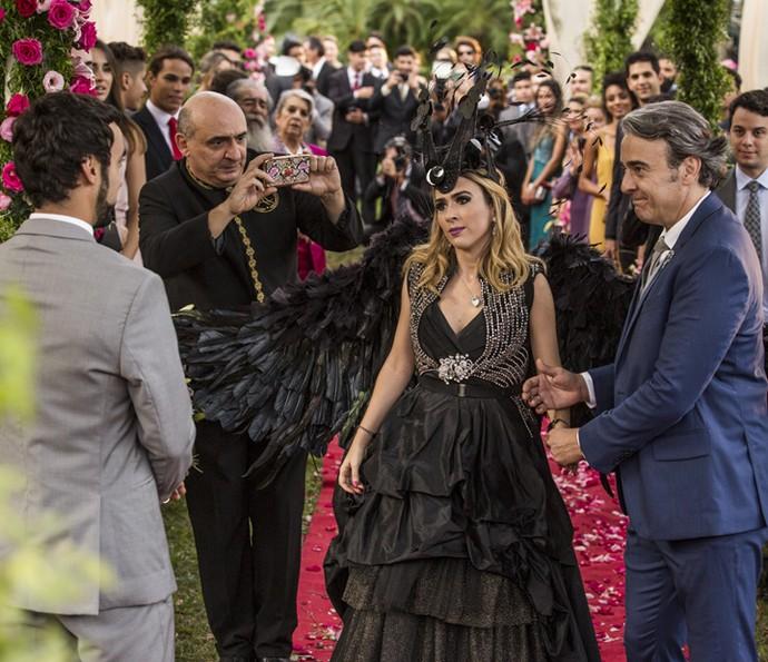 Leozinho fica encantado com a ousadia de sua noiva (Foto: Ellen Soares/Gshow)