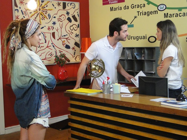O gerente do hostel faz Fatinha pedir desculpas a Valentina. Que bad! (Foto: Malhação / Tv Globo)