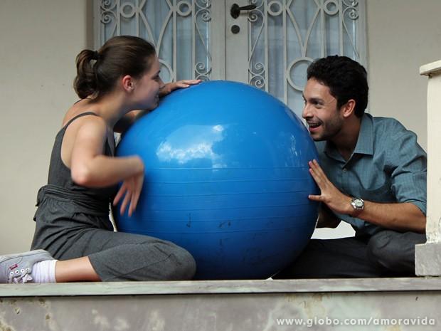 Linda e o advogado estavam numa boa antes da chegada da irmã dela... (Foto: Amor à Vida / TV Globo)