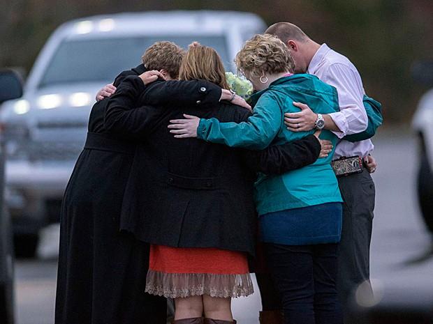 Parentes das vítimas oram no local do acidente  (Foto: Paul Efird/Knoxville News Sentinel/AP Photo )