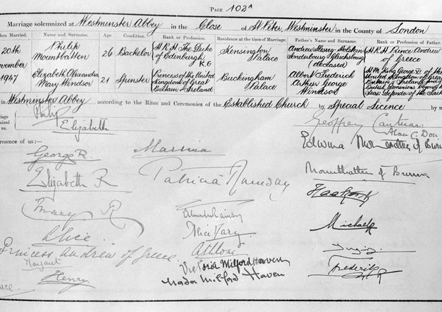 The marriage register showing the signatures of Princess Elizabeth and the Duke of Edinburgh, and the King and Queen, signed as 'George R' and 'Elizabeth R'. (Foto: PA Archive/PA Images)