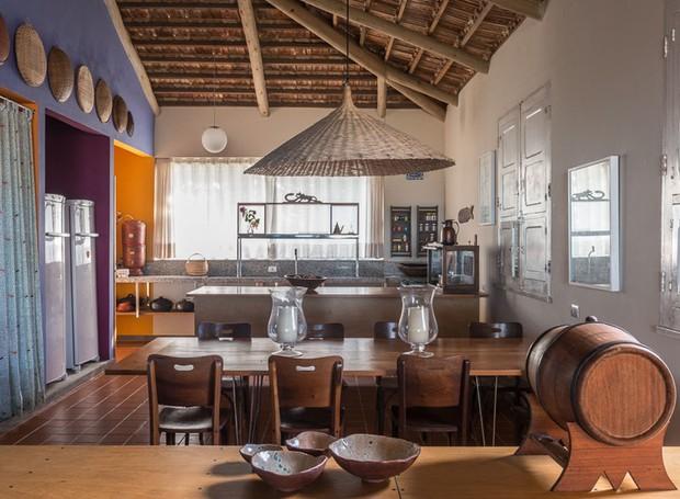 A cozinha é um mix de peças locais, como as cortinas e a bancada em granito branco, e objetos garimpados, como a pia dos anos 1950.  As cadeiras da mesa de refeições são da Hindy Elauar, loja especializada em móveis vintage em Belo Horizonte (Foto: Daniel Mansur/Divulgação)