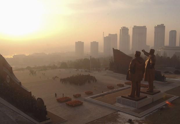 Os norte-coreanos e cada vez mais turistas chineses visitam estátuas de Kim Il Sung, aclamado como fundador da nação, e do antigo líder Kim Jong Il em Mansudae Hill na capital Pyongyang (Foto: Arquivo/Reuters)