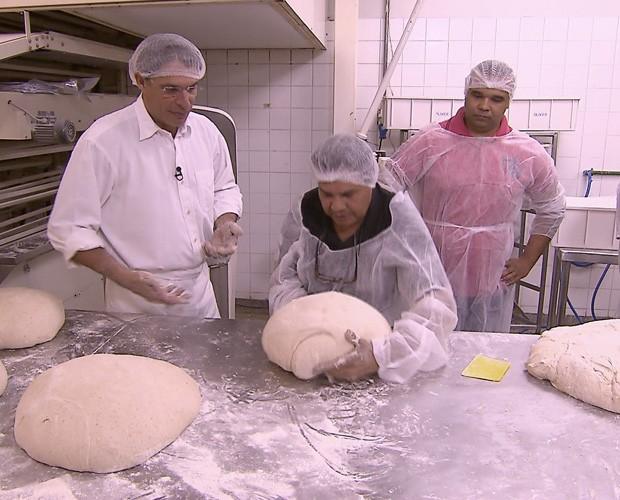 No Atelier dos Pães, de Olivier Anquier, Seu Simei aprende receita (Foto: Caldeirão do Huck / TV Globo)