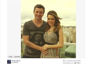 Ao lado do marido, Lucas Lima, Sandy anunciou sua primeira gravidez em perfil no Facebook (Foto: Reprodução/Facebook da artista)