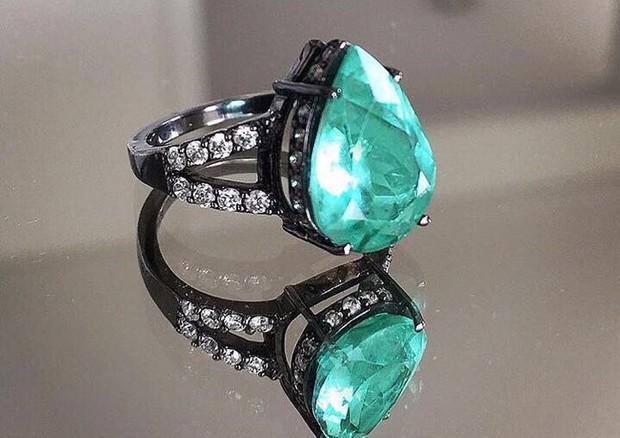 Anel de esmeralda e diamantes da designer Andrea Conti usado por Anitta no GP Brasil de F1 (Foto: Divulgação)